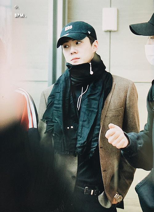 Se Hun ra sân bay được khen khí chất không kém tạp chí. Thành viên EXO bảnh bao với áo vest, khăn quàng cổ ấm áp và đồng hồ hàng hiệu.
