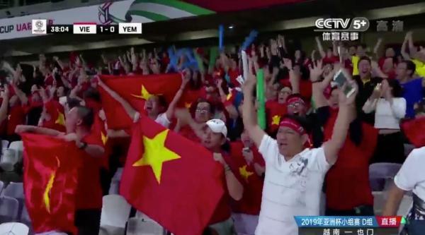 CĐV ăn mừng trước bàn thắng mở tỷ số của Quang Hải.