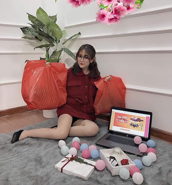 Giới trẻ ngày nay chỉ cần ngồi tại nhà cũng có thể sắm những món đồ mình cần.