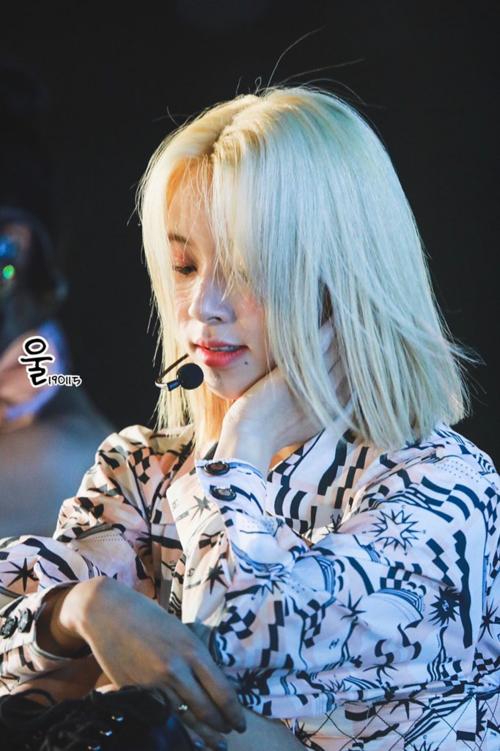 Mái tóc mới của Chae Young rất hợp để biểu diễn trên sân khấu. Cô nàng là thành viên nổi nhất Twice trong sự kiện ngày 15/1.