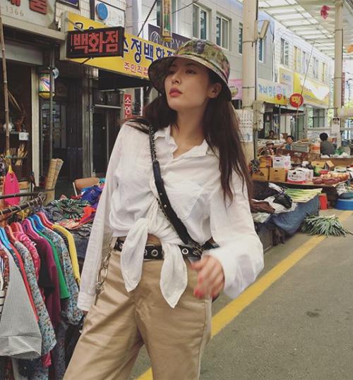 Khi ra phố, Hyun Ah thường áp dụng lối makeup nhẹ nhàng và ưa nhìn hơn hẳn.