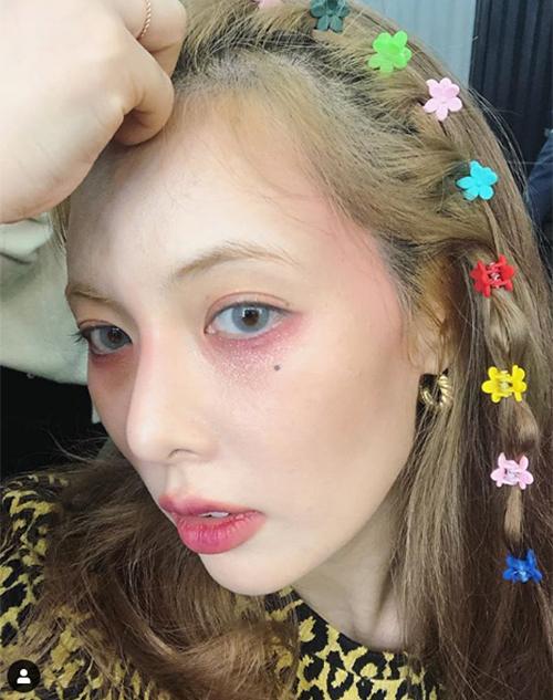 Cô nàng sử dụng gam hồng cho toàn bộ gương mặt, mí mắt dưới đánh đậmtạo cảm giác như đang... buồn ngủ, môi tô kiểu ombre khá lem nhem, lộ cả dấu hiệu dakhô bong tróc.