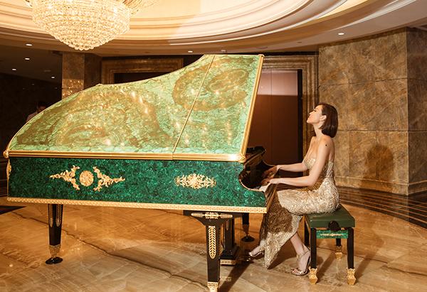 Cô còn trổ tài đàn piano ở hậu trường của chương trình. Người đẹp tự hào nói, cô có tài lẻ chơi piano nhưng ít khi có dịp trình diễn.
