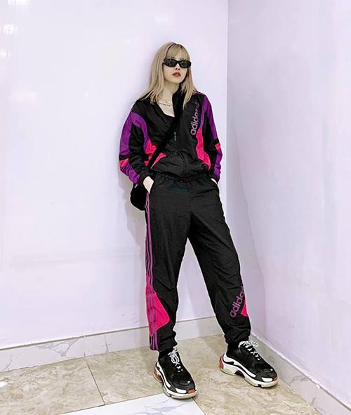 Đồ thể thao từ trang phục mặc nhà đang dần trở thành tiêu chí sành điệu mới của các cô gái, trong đó có một fan cuồng của phong cách cool ngầu là Thiều Bảo Trâm.