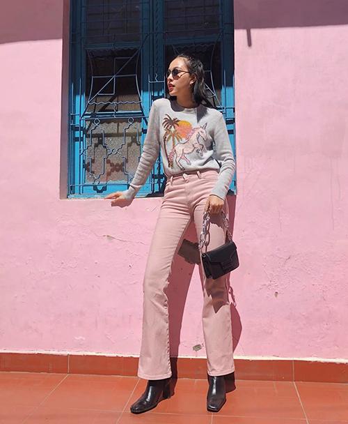 Tú Hảo cho thấy độ hot của những gam màu rực rỡ, trong đó có sắc hồng trong mùa đông năm nay.