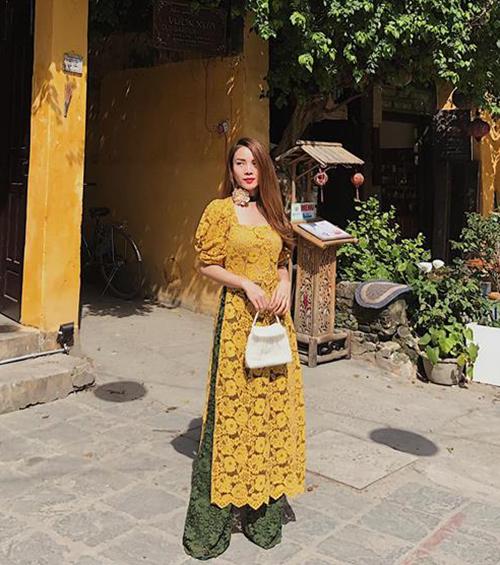 Yến Trang cũng diện áo dài theo phong cách tiểu thư kiêu sa giống em gái, nổi bần bật ở phố Hội.