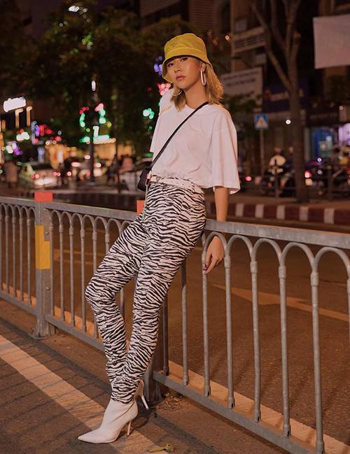 Quỳnh Anh Shyn tiếp tục ghi điểm với style năm 2000 đã thành thương hiệu. Trông cô nàng chẳng khác gì một cô gái Âu Mỹ giữa Sài Gòn.