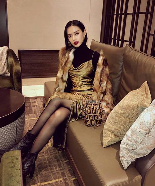 Khánh Linh tiết lộ mọi item trên bộ cánh này của cô nàng đều đến từ thương hiệu bình dân Zara nhưng vì khéo mix nênchẳng khác gì hàng cao cấp.