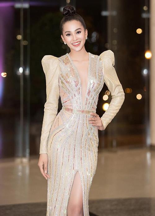 Hoa hậu tuổi teen không ngại diện những bộ váy khoét cổ sâu, thậm chí xẻ gần đến rốn để tôn lên vòng một đầy đặn.