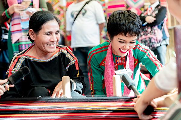 giao lưu cùng nghệ nhân dệt thổ cẩm và quảng bá nét đẹp văn hóa truyền thống của Việt Nam