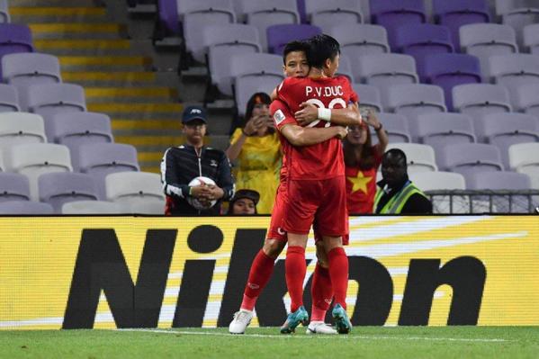 Quế Ngọc Hải (phía sau) và Phan Văn Đức chia sẻ niềm vui chiến thắng.