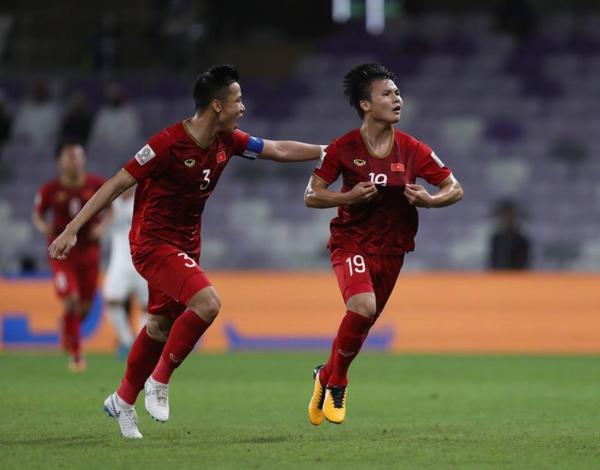 Quế Ngọc Hải (trái) và Quang Hải lập công giúp Việt Nam đứng thứ ba vòng bảng Asian Cup 2019.