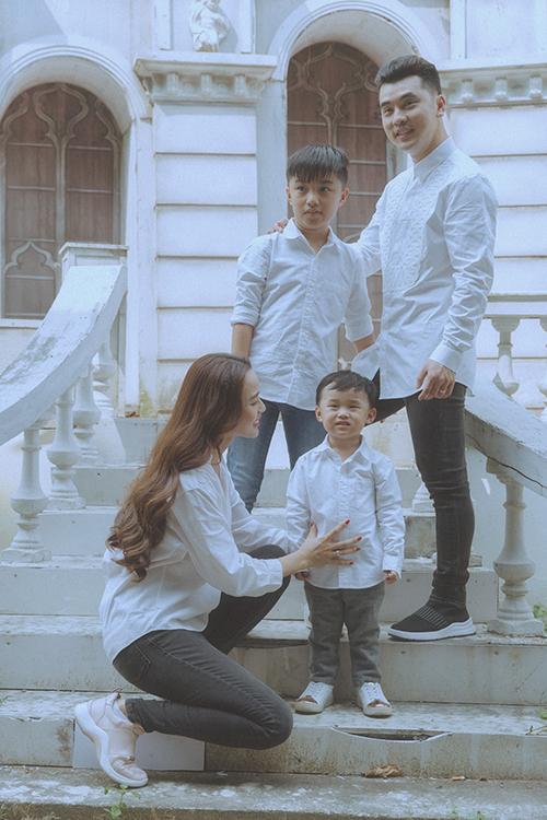 Sau nhiều năm chung sống, Ưng Hoàng Phúc - Kim Cường mới chính thức làm đám cưới vào tháng 11/2018. Kim Cương đã chấp nhận lui về hậu trường để chăm sóc cho 3 người đàn ông. Trong bộ ảnh mới, cả gia đình có dịp trò chuyện, gắn kết bên nhau những ngày giáp Tết.