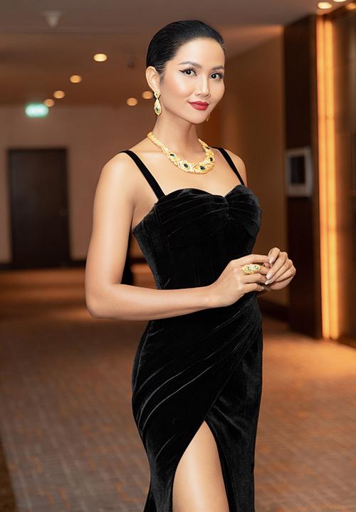trong sự kiện tối 16/1, hoa hậu HHen Niê chọn chiếc đầm đen của AMOUR DE AMBER, với kiểu dáng xẻ đùi khoe đôi chân dài gợi cảm. Đây là một trong những lần hiếm hoi cô xuất hiện với sắc màu đen, cùng layout tóc chải ngược ra sau, thay vì phồng lên hoặc uốn xoăn thường thấy.