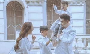 Ưng Hoàng Phúc hạnh phúc bên con riêng của Kim Cương