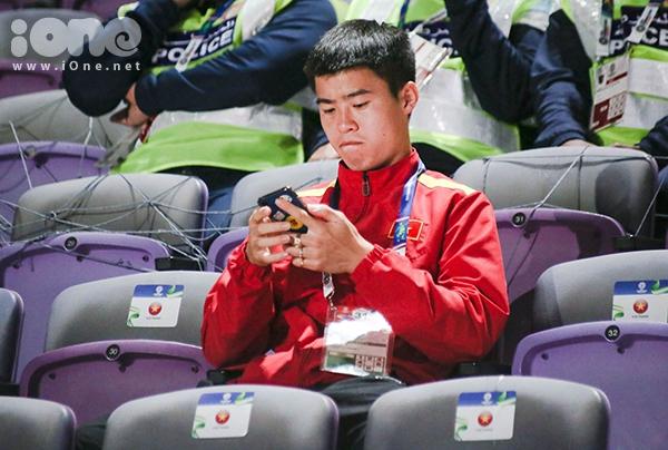 Duy Mạnh âm thầm ngồi trên khán đài theo dõi đồng đội thi đấu tối 16/1.