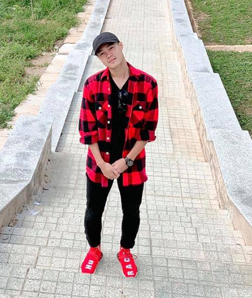 Trông vẻ ngoài khá giản dị nhưng Văn Toàn lại là dân chơi hàng hiệu nổi tiếng trong tuyển Việt Nam. Street style của nam cầu thủ sinh năm 1996 ngập tràn hàng hiệu đắt đỏ và không phải ai cũng mua được. Anh chàng sẵn sàng chi 42 triệu đồng để sắm đôiThe Pharrell X adias NMD