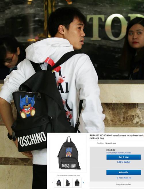 Về khoản trang phục, Văn Toàn cũng đầu tư không kém. Trong hình, anh chàng đang diện ba lô Moschino giá hơn 15 triệu đồng, kết hợp áo Anti Social Social Club giá khoảng 3,5 triệu đồng.
