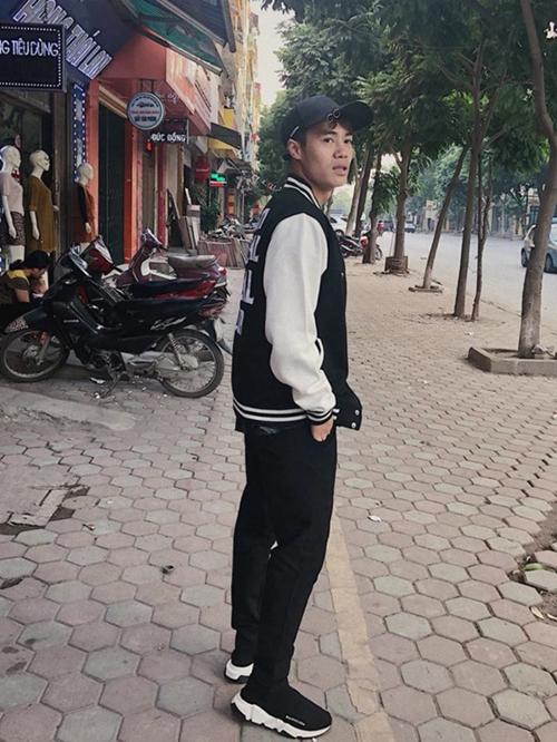 Bộ sưu tập của Văn Toàn còn có một đôi sneakers đắt đỏ khác đến từ thương hiệu Balenciaga, giá gần 18 triệu đồng và được rất nhiều sao Việt yêu thích.