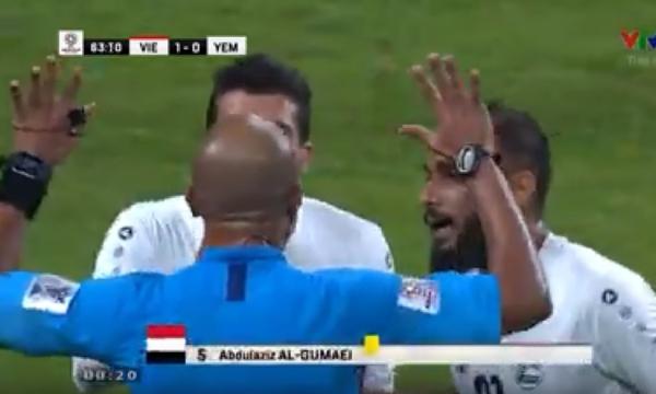 Trọng tài Ahmed Al-Kaf bị cầu thủ Yemen vây kín sau khi