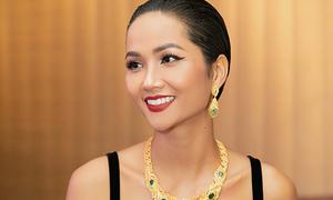 H'Hen Niê đổi phong cách liên tục, chạy show xuyên Việt 'không biết mệt'