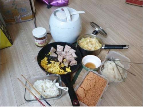 Trọng Ỉn không quên chụp lại bữa cơm thân mật Văn Thanh chiêu đãi kèm lời hứa anh nấu em rửa bát.