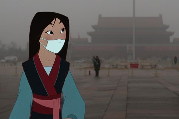 Mulan phải đeo mặt nạ vì tình trạng ô nhiễm không khí nặng nề.