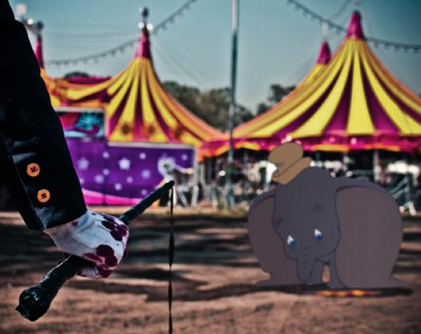 Dumbo bị hành hạ trong rạp xiếc dưới tay của những con người tàn ác.
