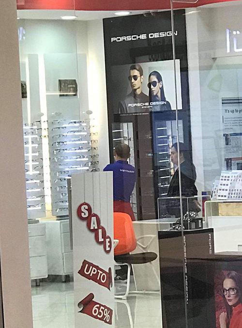 Thầy Park đi cùng trợ lý ngôn ngữ người Hàn mua kính