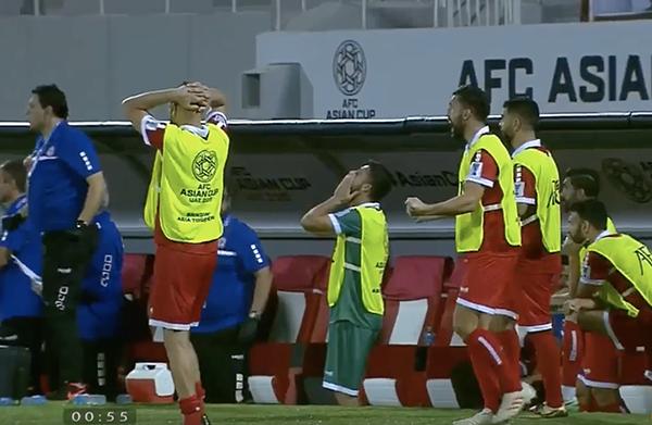 Cầu thủ Lebanon gục đầu, ôm mặt khóc vì không tin trao quyền đi tiếp cho Việt Nam - 1