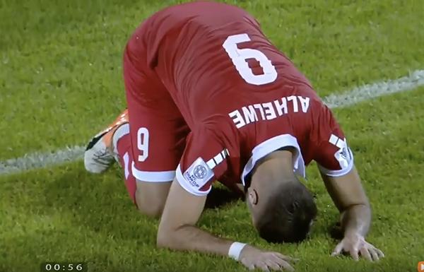 Cầu thủ Lebanon gục mặt xuống sân cỏ vì không tin mọi chuyện đang diễn ra.