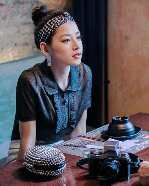 Chi Pu chủ ý tạo dựng đặc trưng phong cách riêng bằng những chiếc turban đủ màu sắc, tuy nhiên ở hiện tại, ít cô gái nào còn yêu thích món phụ kiện khá xì tin này.