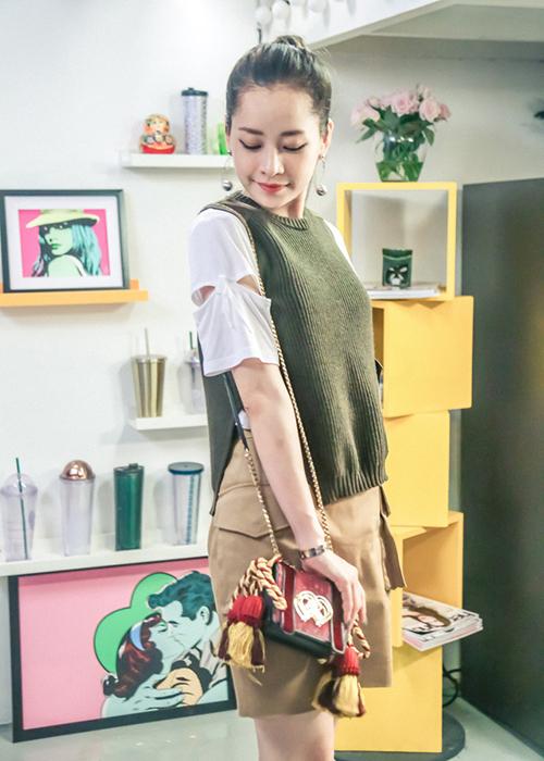 Cách mặc đồ của Chi Pu cũng không thực sự nhất quán. Có lúc cô nàng diện đồ bó sát khá chín chắn, lúc lại diệncác kiểu váy áo rộng rãi, nhí nhảnh.