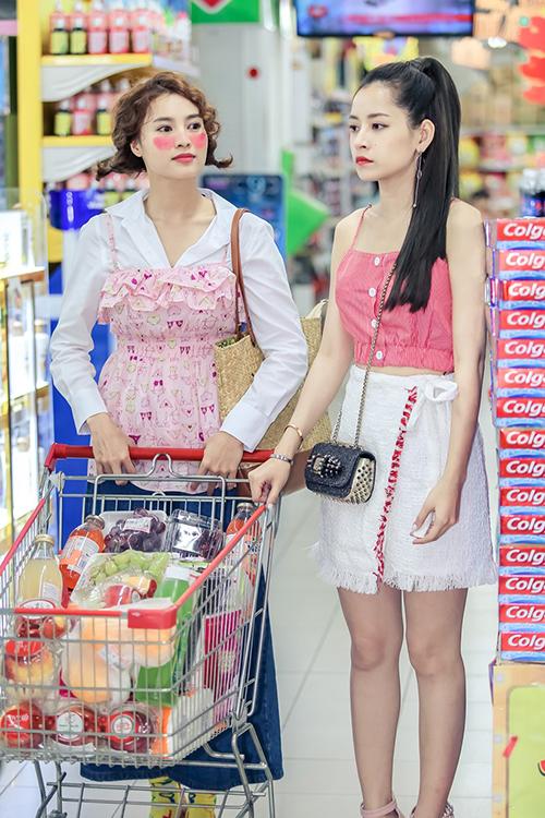 Nhiều phân cảnh, Chi Pu trông không quá khác biệt về phong cách so với Lan Ngọc - đảm nhiệm vai nữ chính An Chi vốn mù tịt thời trang, ăn mặc luộm thuộm.