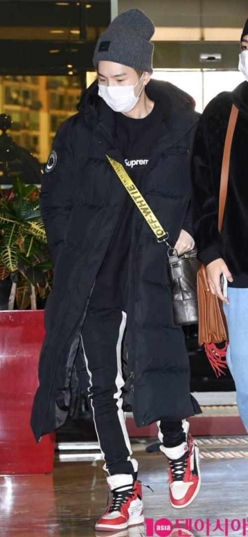 Suga vẫn mặcáo phao dáng dài ấm áp dù đang trên đường tới xứ sở nhiệt đớiSingapore.