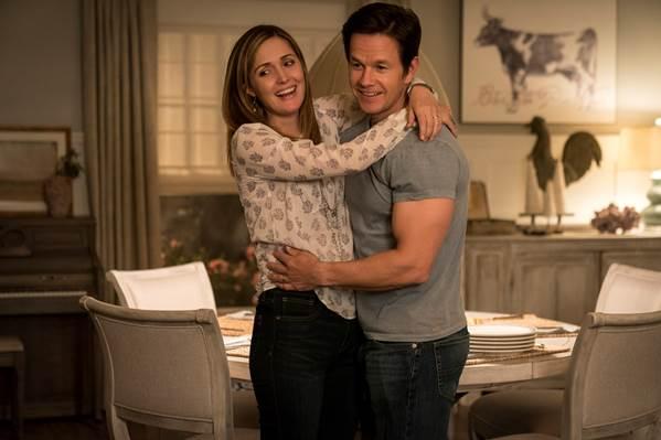 Mark Wahlbergcùng Rose Byrne trở thành cặp bố mẹ nuôi có một không hai.