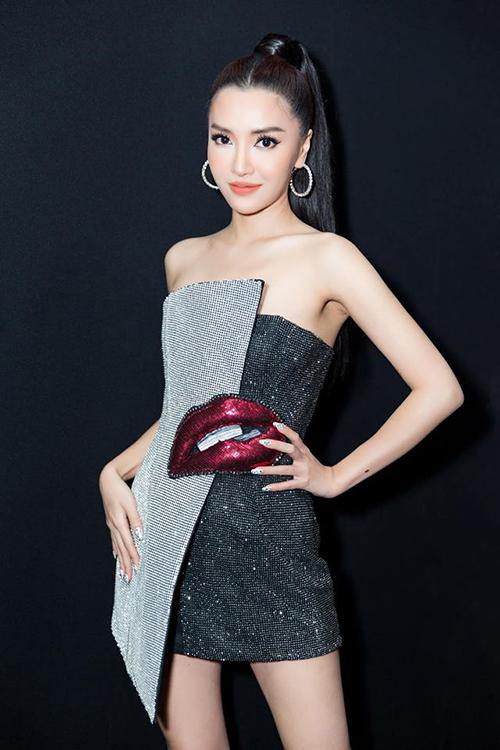 Chiếc váy sang chảnh lại được Bích Phương lựa chọn để mang lên sân khấu. Trang phục tôn lên vóc dáng thanh mảnh của nữ ca sĩ.