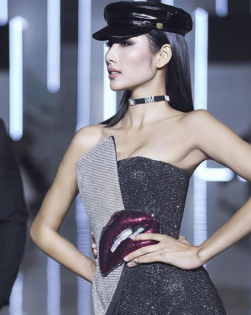Bộ váy này được Hoàng Thùy mặc đầu tiên, khi cô làm vedette trình diễn bộ sưu tập cho Chung Thanh Phong.