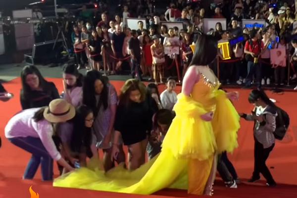 Đám đông xách váy cho Thư Dung.
