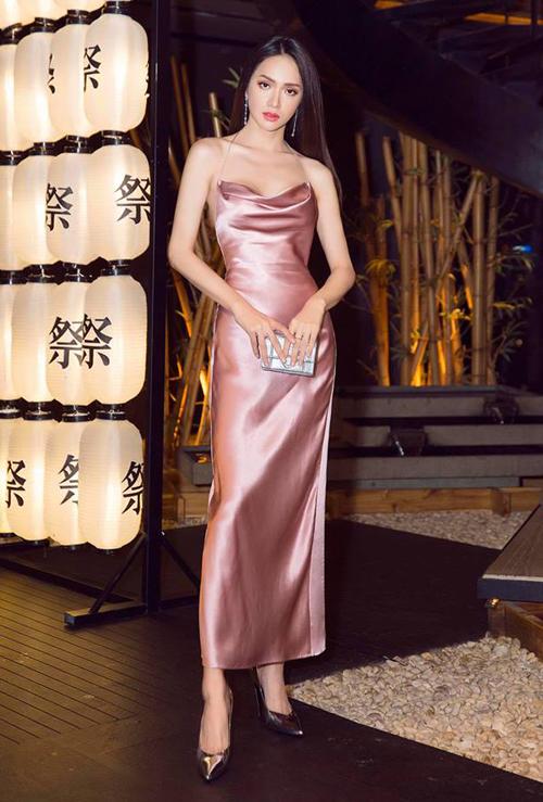 Vốn có thân hình mảnh dẻ, Hương Giang không ngại bất cứ kiểu trang phục nào, kể cả đầm satin siêu khó mặc.