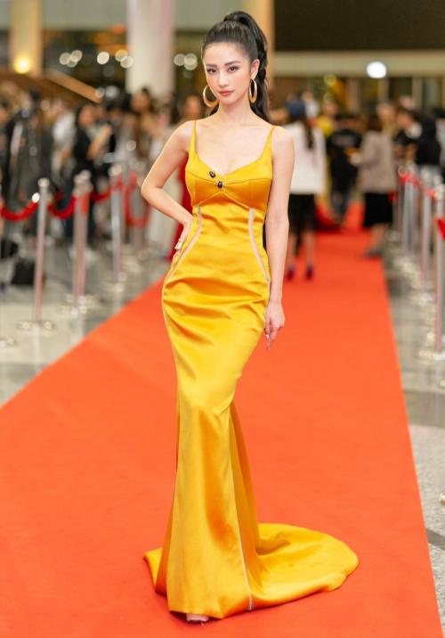 Vòng eo phẳng lỳ cũng giúp Jun Vũ đẹp hoàn hảo khi diện váy bóng loáng.