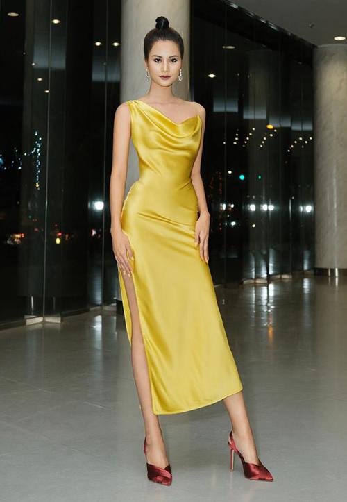 Quán quân VNTM Hương Ly đầy quyến rũ trong chiếc váy satin màu vàng mù tạt. Phần eo thon chứng minh cô nàng có đường cong đồng hồ cát.