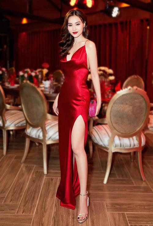 Tuy nhiên cũng không ít mỹ nhân chinh phục được kiểu đầm kén dáng này. Trong sự kiện mới đây, Lan Ngọc nhận được nhiều lời khen ngợi với vẻ ngoài kiêu sa trong chiếc váy satin màu đỏ, xẻ tà cao tôn vóc dáng mảnh mai.