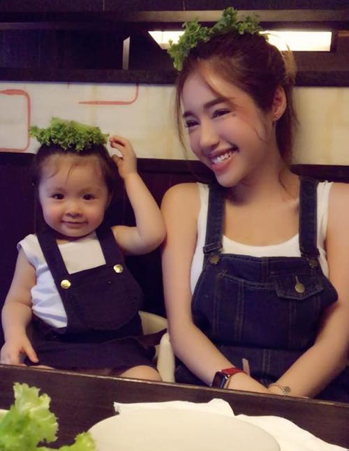 Hai mẹ con Elly Trần diện đồ đôi, bày trò nghịch ngợm khi đi ăn.