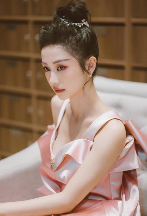 Jun Vũ đốn tim fan với vẻ đẹp không tì vết ở góc nghiêng.