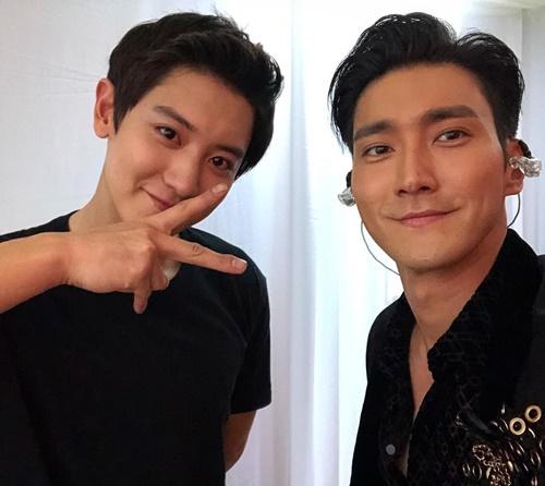 Hai trai đẹp Si Won và Chan Yeol chụp hình chung khiến fan vô cùng phấn khích.