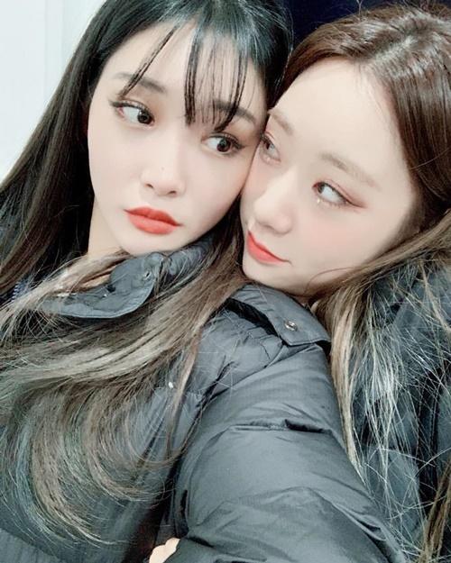 Chung Ha và Yeon Jung (Cosmic Girls) ôm nhau sưởi ấm cực tình củm.