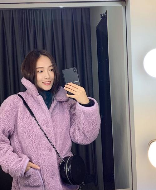 Jessica giữ ấm bằng áo lông màu tím nhạt lãng mạn.