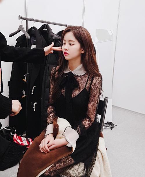 Kim So Hyun diện váy ren xinh đẹp, có khí chất tiểu thư thanh tao.