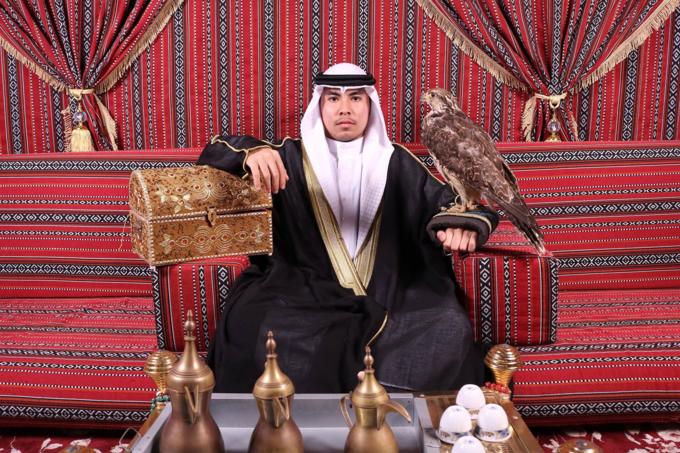 """<p> Đức Huy hóa 'hoàng tử Ả Rập' với biểu cảm 'thanh niên nghiêm túc'. Trước đó, trong trận đấu gặp Iran, Đức Huy bị <a href=""""https://ione.vnexpress.net/tin-tuc/nhip-song/hong/duc-huy-mat-tri-nho-tam-thoi-sau-cu-nga-dap-dau-xuong-dat-3867623.html"""">mất trí nhớ tạm thời</a> vì cú va chạm mạnh trên sân cỏ. Sau khi dưỡng sức, sức khỏe của tiền vệ CLB Hà Nội đã ổn định.</p>"""